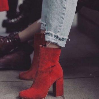 Новите черни обувки са червени