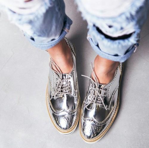 Сребристи обувки – новият моден хит