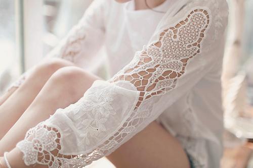 Незаменимите блузи с дантела